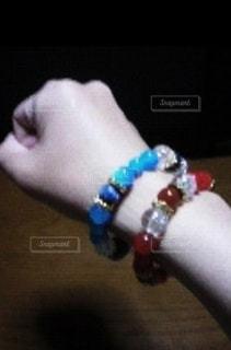 青と赤のブレスレットの写真・画像素材[2778183]
