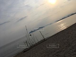 ビーチに沈む夕日の写真・画像素材[2780344]