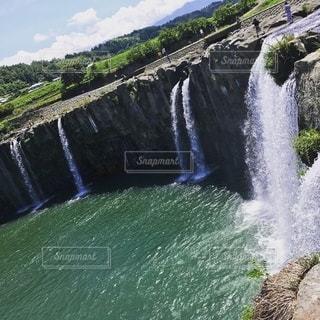 水の上の大きな滝の写真・画像素材[2780346]