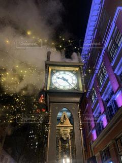 夜にライトアップされた時計塔の写真・画像素材[2783677]