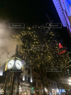夜にライトアップされた時計塔の写真・画像素材[2783679]