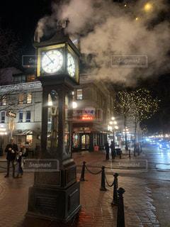 夜に街にそびえ立つ大きな時計塔の写真・画像素材[2783678]
