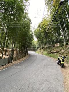 道路脇でオートバイに乗っている人の写真・画像素材[2883400]