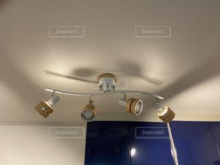 キッチンを照らすライトの写真・画像素材[2893743]