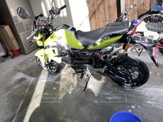 洗車中のバイクの写真・画像素材[2974922]
