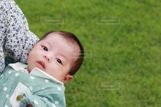 母親に抱っこされる女の子の乳児の写真・画像素材[3463646]