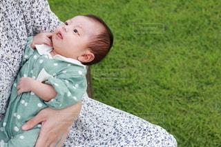 母親に抱っこされる女の子の乳児の写真・画像素材[3463650]