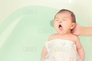 母親に沐浴をされている乳児の写真・画像素材[3501385]