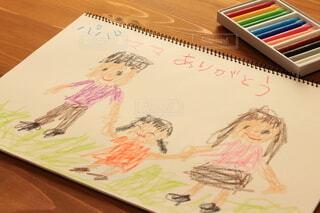 クレヨンでスケッチブックに描かれた家族の絵の写真・画像素材[3928581]