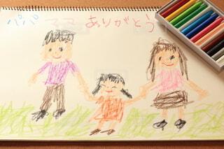 クレヨンでスケッチブックに描かれた家族の絵の写真・画像素材[4106209]