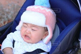 ベビーカーで泣いている赤ちゃんの写真・画像素材[4454957]