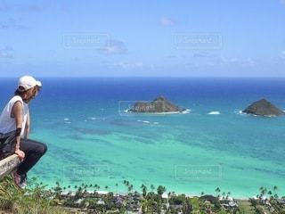 海岸を飛んで空を飛んでいる男の写真・画像素材[3397089]