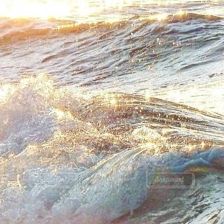 夕日を浴びる波の写真・画像素材[3141033]