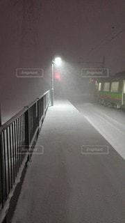 真冬の朝、まだ誰も歩いていない駅ホームの写真・画像素材[2789875]