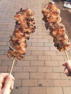 出店の串焼きを食べ歩きの写真・画像素材[2790147]