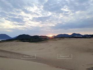 浜辺の砂の雲の群れの写真・画像素材[2790764]