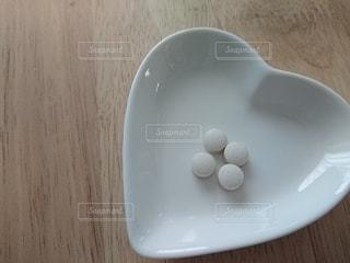 木製のテーブルの上に白い板の写真・画像素材[3126685]
