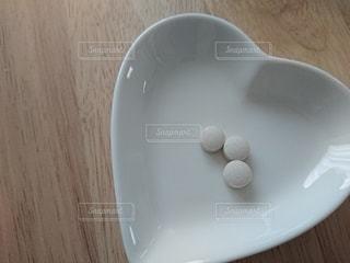 木製のテーブルの上に白い皿 サプリメントの写真・画像素材[3126693]