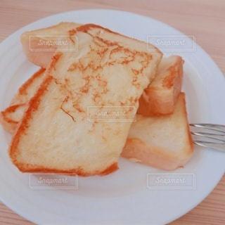 白い皿の上のフレンチトーストの写真・画像素材[3143090]