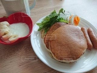 テーブルの上の皿の上にサンドイッチの写真・画像素材[3148846]