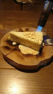 バーナーで炙られているチーズケーキの写真・画像素材[3150519]