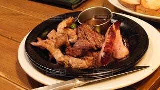食べ物の皿をテーブルの上に置くの写真・画像素材[3868115]