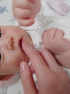 赤ん坊を抱く手の写真・画像素材[3882723]