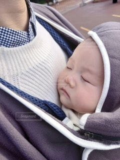 抱っこ紐でねてる赤ちゃんの写真・画像素材[4037219]