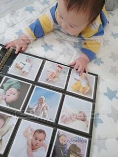 自分の写真を眺める赤ちゃんの写真・画像素材[4263299]