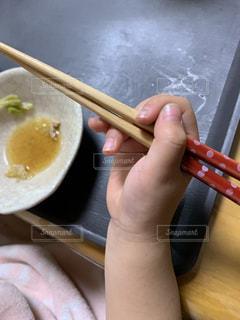 箸を持つ幼児の写真・画像素材[2802571]