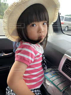 車の中に座っている小さな女の子の写真・画像素材[2794027]