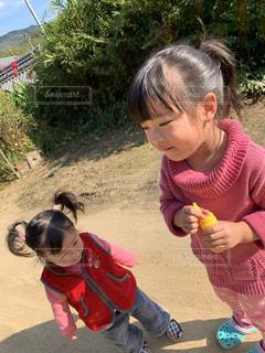 シャボン玉と少女の写真・画像素材[2794372]