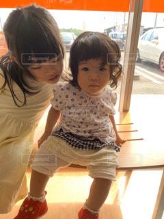子供の隣に立っている小さな女の子の写真・画像素材[2794483]