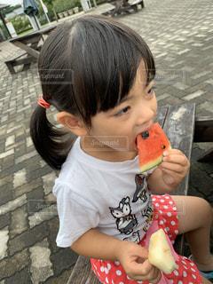 食べ物を食べている小さな女の子の写真・画像素材[2794509]