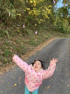 花びらを投げる小さな女の子の写真・画像素材[2797127]