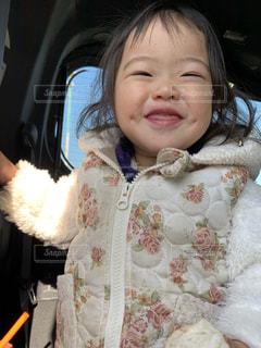 車の中に座っている小さな女の子の写真・画像素材[2802143]