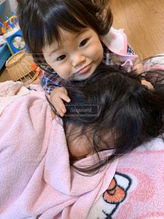 変顔で起こす赤ちゃんの写真・画像素材[2803382]