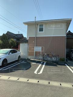 建物の側面に駐車した車の写真・画像素材[2804742]