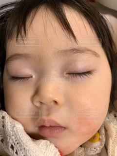 寝ている赤ちゃんの写真・画像素材[2805136]