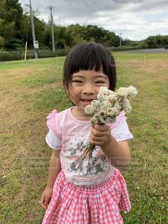 花束を持つ女の子の写真・画像素材[2805962]