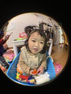 箱の中に入る赤ちゃんの写真・画像素材[2807235]