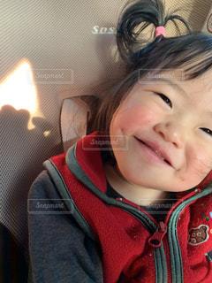 カメラに微笑む小さな女の子の写真・画像素材[2818941]