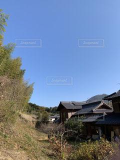 建物の前に茂みのある家の写真・画像素材[2831126]