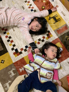 ベッドに横たわっている女の子の写真・画像素材[2832629]