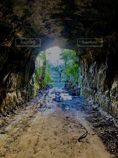 ゴツゴツしたトンネルの出口の写真・画像素材[2850130]