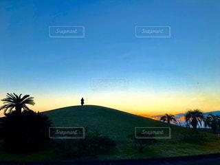 朝日前の丘の上の写真・画像素材[2852635]