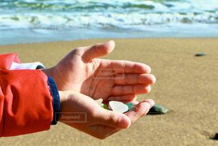 砂浜で子供が何かを発見!の写真・画像素材[2853421]