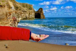 砂浜でお宝発見!の写真・画像素材[2853449]