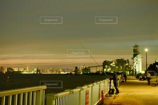 都会越しの釣り人の写真・画像素材[2863315]