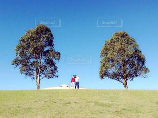 芝生に立っている私と友だちの写真・画像素材[2801360]